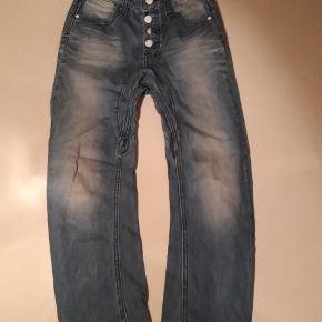 Rigtig fine jeans str 10 år 140 cm  Justerbare talje  Mærke; kulør