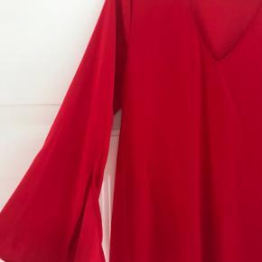 Ny kjole fra Saint Tropez. Store ærmer med slids og almindelig i størrelsen.  Kan sendes eller hentes i Kbh 😊