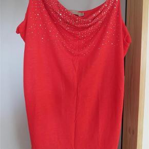 Flot top, rød med små nitter. Bryst 110 cm, længde u/arm 42 cm.  TOP Farve: Rød