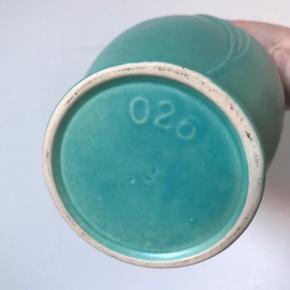 Smuk vase i den helt rigtige farve og Art Deco stil. Fine detaljer med blandt andet bølget kant og mørkt indre. H: 22 cm Stemplet 028 i bund, så nok en sjælden tysker. 175kr #keramikvase #westgermanyvase #vintagevase #tyskkeramik #vase #grønkeramik