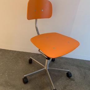 Kevi kontorstol i limited edition orange farve. Meget flot stand, som ny. Ubrugt læderhynde til værdi af 300 kr kan medfølge for 100 kr.