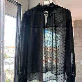 Y.A.S gennemsigtig trøje, brugt et par gange. Men har ingen slid. Flot til hverdag og fest.