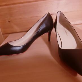 Helt nye og ubrugte pumps med lav hæl. Gode at gå i. Sort imitationslæder med rød sål under skoen, Louboutin stil. Rød stofpose til at bevare skoene i medfølger. Str. 40. Sælges da jeg fik købt den forkerte størrelse, og derfor aldrig gået med dem. Nypris 500. Sender gerne, men kan også afhentes. Bud modtages. I er velkommen til at kontakte mig angående andre spørgsmål