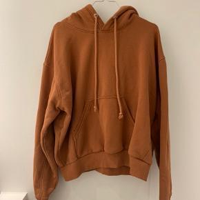 Sælger denne enormt fede hoodie fra weekday. Den er så blød og skøn. Sælger da jeg har alt for mange 😄 Det er en herre model - i Small. Så den er en smule oversized til piger, hvilket er fedt!
