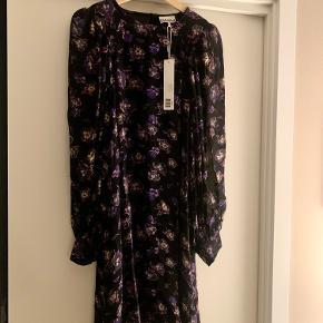 Ganni kjole. Helt ny og stadig med mærke. Har aldrig fået den på, derfor sælges den. Nypris er 1100. Mp 300.