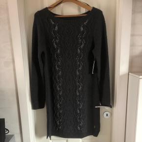 Rå og elegant på den eksklusive måde - sweaterdress kabelstrikket med perler - grafitgrå virkelig blød og lækkerBYD Mærket siger L , str 38-40