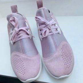 Womens Nike LunarCharge Iced Lilac  Farve: Lys Lilla  Oprindelig købspris: 115okr.   Ruskind og neopren.  Få brugsspor. Skoene er brugt en gang til en konfirmation.  Fast pris, ingen bytte.