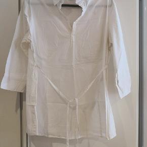 Flot figursyet skjorte med bindebånd fra HM Mama i str XL.  Mål: B: 2x56 cm L: 75 cm