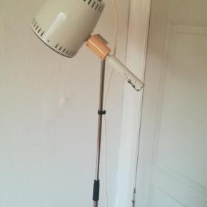 Gammel flot gulvlampe der kan justeres i højden fra Ca. 100 cm til 160 cm. 3 hjul. Har lidt patina se billeder. Kan afhentes i Århus N. /Trøjborg
