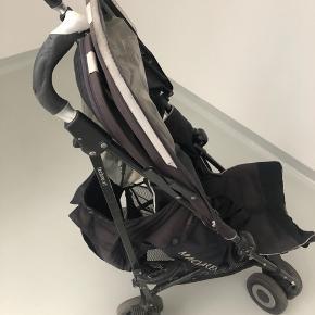 McLaren klapvogn i sort model Techno XT. Den er brugt til to børn, har synlig slidtage men kører fint. Regnslag medfølger. Nem at klappe sammen.