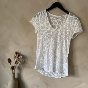 T-shirt med dødningehoveder. Lidt gennemsigtig   Køber betaler selv fragt🤍 tjek mine andre annoncer! Har over 400, og der er mulighed for mængderabat✌🏼