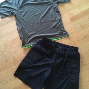 Hummel shorts str. L Fylde i siden  Er som nye  Master bluse str. Xl Med lynlåslomme og hul til ledning.  Lille slidmrk Længde 69-72cm  Gls 35kr