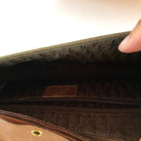 Ingen skader kun patina på denne ultra fede Dior taske. Nypris var 10.000