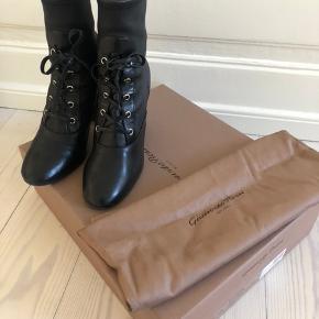 Smukkeste gianvito Rossi støvler i lammeskind Må bare erkende at jeg desværre ikke for dem brugt. De er så lækre!   BYD gerne, men vær realistisk, da skoene har kostet 7250kr for nye og allerede for forsålet.   Skriv for flere billeder på 41281129