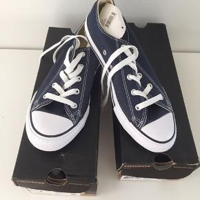 Helt nye Converse gummisko, mørkeblå str 35. De er desværre købt for små. Ny pris er 299kr. 1 par 200kr 2 par 300kr