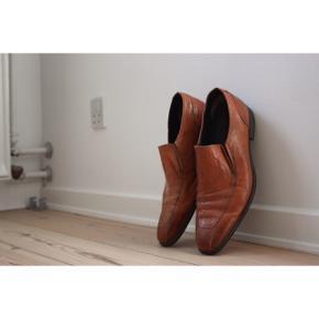 #SundaySellout - Læder herre sko  - Mærke: Bianco  - Slip on  - Farve: Cognac  - Man kan se de har været i brug under skoen, og lidt  i læderet, da det bøjer nogle steder( det kan se spå billederne)   Pasform:  - Passer en str. 43 / 43,5  Styling:  (Se billede 2, obs. det er ikke mine billeder)