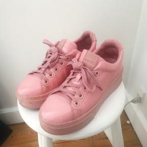 Sælger mine lyserøde  kenzo sneakers, da jeg desværre ikke får dem brugt mere.   De er brugt 3-4 gange og fremstår i super flot stand. Bytter ikke.