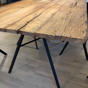 Sælger dette rustikke plankebord. Pladen er 2,5 cm tyk. Bordet måler H77 x B88,5 x L202. Stole og dækkeservietter medfølger ikke. Står i Tommerup.