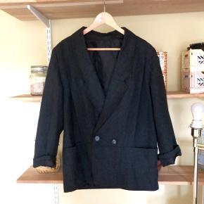 Kort uldfrakke i mørkegrå 🔥 Super cool i herrestil. Str. M.  Brugt men i flot stand.   Kan hentes på Frederiksberg eller sendes med dao 📦