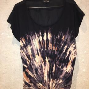 Smuk T-shirt fra Margit Brandt i viskosejersey med tie-dye effekt foran. Bagpå er det et let vævet silke/bomuldsmateriale.  Mange velafstemte farver foran.   Brugt ganske få gange og er derfor som ny uden synlige brugstegn.   Mængderabat gives naturligvis 😄✨