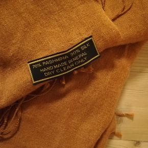 Super blødt og lækkert tørklæde, der varmer godt om halsen i den kolde tid. 😍   Sælges, da jeg har måttet erkende, at det simpelthen ikke er min farve 😔