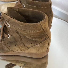 Sælger disse skønne sneakers fra Isabel Marant i en brunlig farve. De har ikke været brugt meget og er derfor stadig i flot stand. De er købt på Mytheresa.com i 2018. Dustbag til begge sko medfølger :)   Skriv for bud eller flere billeder  Nypris: 429,00€