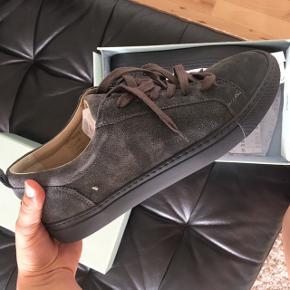 Sneakers i grå ruskind. Aldrig brugt.