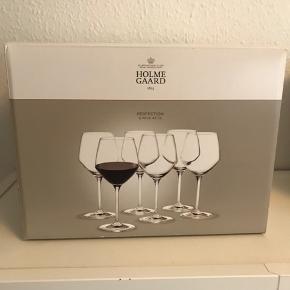 Holmegaard Perfection Rødvinsglas 43 cl. Jeg sælger alle 6 glas samlet. De er købt for ca 1 år siden, de har aldrig været brugt eller vasket, stregkoden sidder stadig på. Så de er som nye. Ny pris: 119,95kr pr. glas. Kan afhentes i Vedbæk. Kom gerne med et byd.