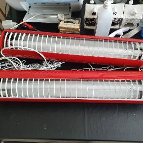 To sprøde armatur loftlamper i en fræk retro rød farve sælges. Lamperne er forbundet med hinanden, men det kan man jo selv ændre , lamperne hænges op i medfølgende hvide kæder. Lamperne har en længde på 63 cm og en diameter på ca 12 cm. Lamperne sælges samlet med tilhørende virkende lyskilder