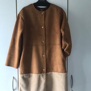 Super fin efterårsfrakke i fake- fur, str.S/M, bryst 106cm, længde 88cm.