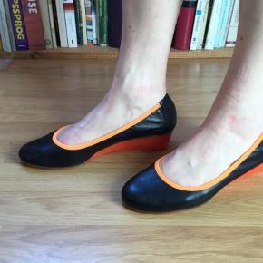 Varetype: Wedges Farve: Sorte, Orange Oprindelig købspris: 1100 kr.  De aller blødeste og både elegante, unikke og helt uegennyttig uimodståelige sko med kilehæl og orange / neonorange kantebånd