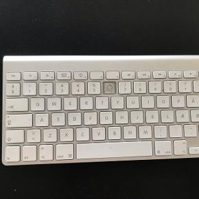 Apple tastatur. Mangler en enkelt tast. 6 tal. Men virker stadig på tasten. Sælges billigt, da det aldrig bruges.