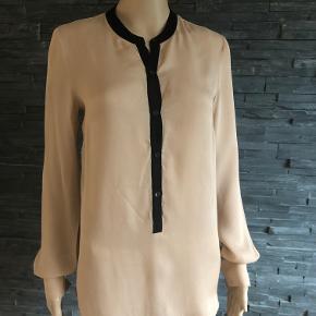 Gudesmuk skjorte i 100% silke.  Brugt  1 gang så fremtræder i perfekt stand.  Bryst 96 cm Længde 72 cm