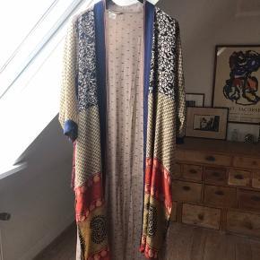 Super smuk kimono fra Cofur.  Det fremgår ikke nogen steder, men de sagde i butikken at den er fremstillet af 100% silke.  Den er brugt en gang, fremstår som ny. Nyprisen var vist 900,-  Jeg kan ikke finde en str. Angivelse i den, men jeg vil vurdere at den kan passes af alle op til en str 42-44.