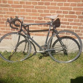 Cykel er perfekt som bycykel.  Helt nye dæk og sommer klargjort. Sælges billigt da bremserne skal fikses og et dæk er punkteret.