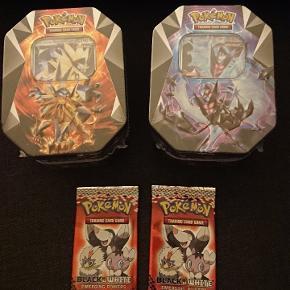 To nye og uåbnede tin bokse og to små løse pakker pokemonkort