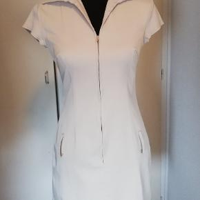 Flot etui kjole fra West One, i rigtig fin stand, mangler dog bæltet.