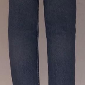 Sælger de her super fine vintage jeans. De sidder rigtig godt og er i god stand. De sælges da de desværre er lidt for små til mig. De er i en størrelse xs, og er blå 🤍