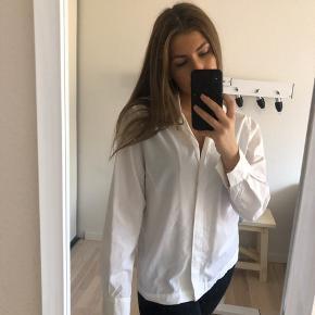 Skjorte, Næsten som ny. Kilden - Skjorte, Kilden. Næsten som ny, Brugt og vasket et par gange men uden mærker eller skader