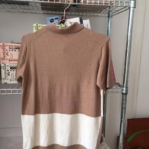 Wood Wood INTL Scott Polo / T-shirt internationalism   Trøjen er lavet af uld. Se billeder for stand. Der er et mini mini hul oppe i hjørnet af nakke-mærket, men det er ikke noget der er tydeligt. Nypris er 1000kr  Kan afhentes i 2200 eller sendes mod betaling. Handler via mobilepay, men handler dog også på ts såfremt køber betaler for alle gebyrer.   #Secondchancesummer