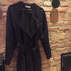 Sælger denne sorte jakke/frakke i sort fra Noisy May. Str. Small og passer også medium. Har bindebånd og tryk knap. Ingen brugsspor :) sender gerne og bud er velkomne.