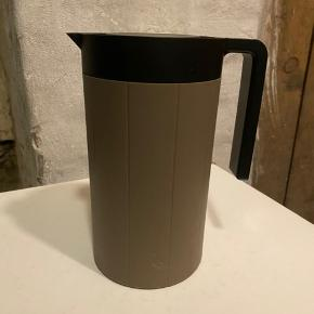 Thermo-stempelkande fra Stelton by Paul Smith. Kan brygge fire kopper ca. I god stand. Kan afhentes på Vesterbro eller kan sendes på eget ansvar.