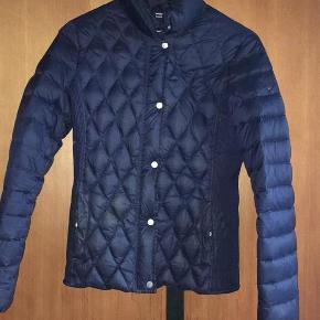 77f2a455 Varetype: jakke Farve: Mørkeblå Oprindelig købspris: 1300 kr. Fin Tommy  Hilfiger dunjakke