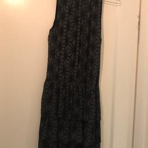 Fin Munthe kjole med flot mønster sælges. Brugt få gange.
