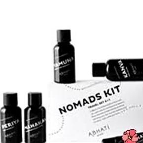 ⚫Før Black Friday tilbud.. Dette praktiske rejsesæt indeholder de bedst sælgende produkter fra Abhati:  YAMUNA Shampoo:50 ml. Indisk stikkelsbær og himalayansk vild kirsebærolie nærer hovedbunden, beskytter håret og fremmer dets vækst.  MAHAKALI Conditioner:50 ml. En detox-kur til skadet hår. Fenugreek genopretter hårets styrke og glans, mens edelweiss og neem reparerer og beskytter. . PERIYA Body Cleanser:50 ml. En unik blanding af ayurvediske urter, der renser, opfrisker og nærer huden.  KANVA Body Lotion:50 ml. Lipidrige planteolier, litchi, pink peberkorn og sandeltræ giver et holdbart duftslør og intens fugt til huden.  Duft: Abhati's intense og holdbare duft er et resultat af tre års samarbejde med den prisbelønnede parfumeur Geza Schön og indeholder en meget unik og kompleks kombination af citrus-, blomster- og kryddernoter fra håndfremstillede Abhati-olier.  Alle produkterne er lavet af naturlige, rene ingredienser af høj kvalitet.  De indeholder æteriske olier, naturlige antioxidaner, økologiske urter og botaniske ekstrakter, der samarbejder om at fugte, blødgøre og beskytte hud og hår. Ved køb af 1 produkt giver Abhati 1 pige i Indien 1 hel måneds skolegang.  Vejl.nypris for sæt (med læbepomade som ikke følger med hér) ml. 295,- til 325,-  Sælges for 95,- pp