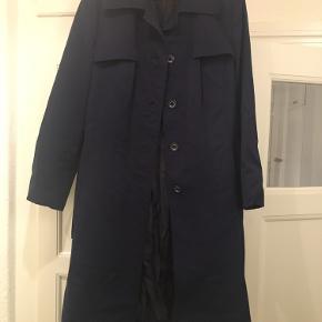 Vintage trenchcoat. Har et hul i lommen, men det kan syes.