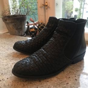 Pavement støvler i sort skind, flettet str. 38 Brugt få gange. Fået helt nye hæle.  Fin stand