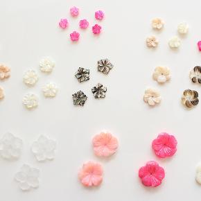 Perlemorsblomster, som kan anvendes til smykke-, hår- og accessory-fremstilling eller anden dekoration.  Alle er helt nye og har et lille hul boret gennem midten til tråd, snor eller hoops.  Stor blomst 20 mm (frost, rosa, pink, hvid) - 10 kr./stk Mellem blomst 12-15 mm (rosa, hvid, sort, brun) - 8 kr./stk Lille blomst 8-10 mm (pink) - 5 kr./stk  Mindstekøb er 10 stk i alt. Der er flere stk. udover dem der ses på billedet.  Kan sendes med sporbar post til 36 kr eller afhentes på Amager nær Amagerbro metro