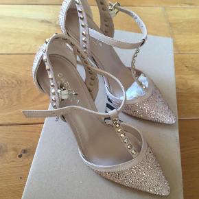Varetype: Stiletter Farve: Beige,Nude Oprindelig købspris: 900 kr.  Så flot sko, helt nye. Sælges for 400+