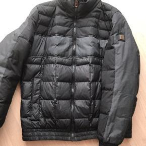 Lækker lækker Hugo Boss jakke, som ny ! Dog skal det nævnes, der er et lille bitte mærke bag på den ene arm. Nypris 3200 kr.